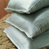 Weiße Sandsäcke aus Kunststoff lose