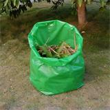 Der stabile und große Gartenmüllsack nimmt alle Arten von Gartenabfällen problemlos auf.