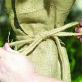 Dieser Jutezopf ist sehr gut zur Dekoration geeignet oder für den Winterschutz von Pflanzen.