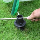Die Bodenanker werden einfach in den Boden eingedreht und halten so fest.