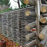 Der fertige Haselnusszaun ist ein idealer Abschluss für jeden Garten