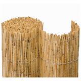 Stabiler Bambuszaun aus hellem Bambus mit Schatten