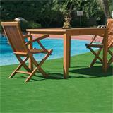 Kunstrasen Easy, zwei Liegestühle, ein Tisch und ein Pool im Garten.