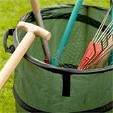 Mit Garten gefüllter Abfallsack