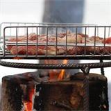 Auf das Schwedenfeuer passt auch ein einfacher Grillrost für ein gemütliches Barbeque.