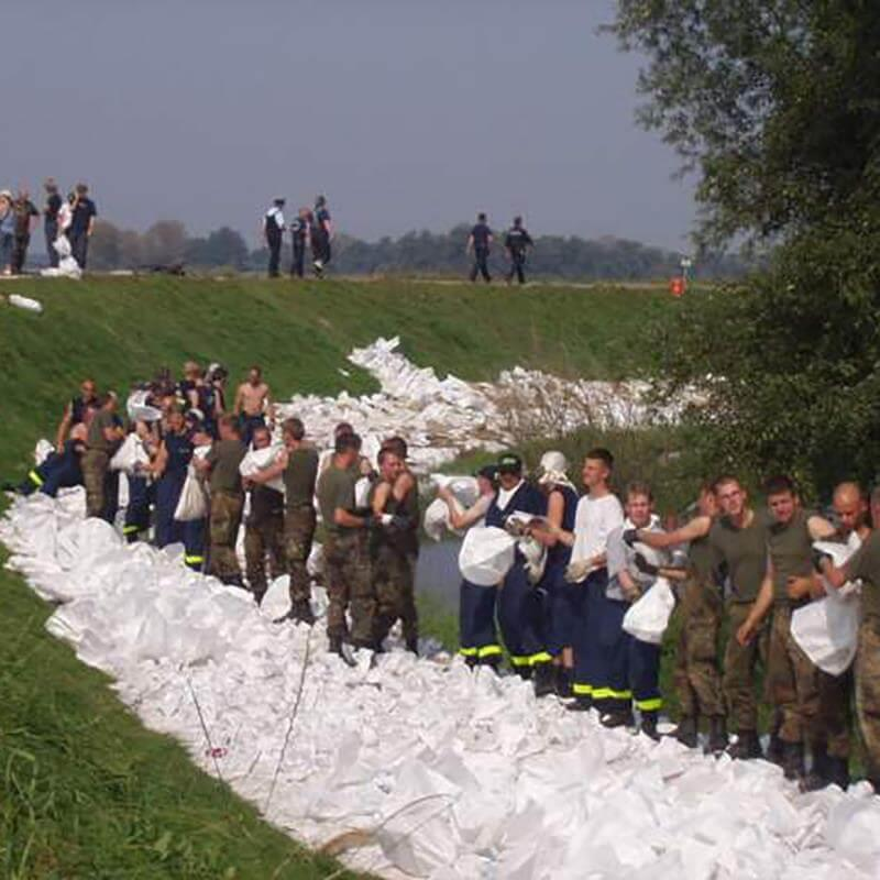 Als Flutwall bei Überschwemmungen eignen sich diese weißen Sandsäcke aus Kunststoff