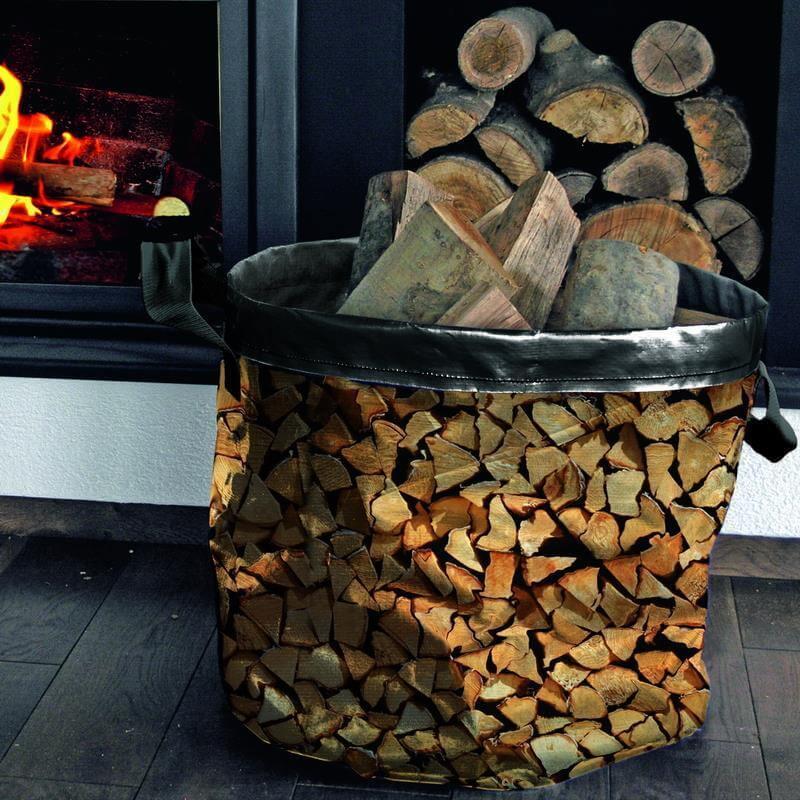 Kaminholztasche mit Holz im Wohnzimmer vor dem Ofen.
