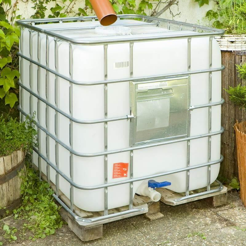 Ohne Hülle sieht ein Wassertank relativ unattraktiv im Garten aus.