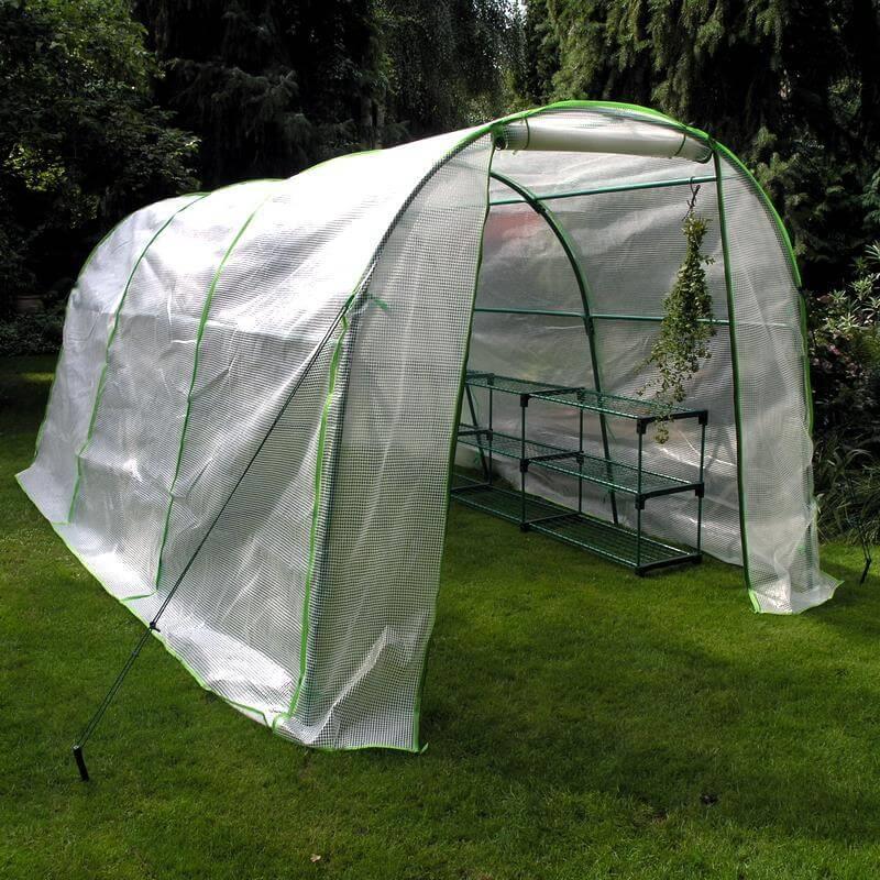 Unser Foliengewächshaus Jumbo mit optionalen Regalen macht sich gut in jedem Garten.