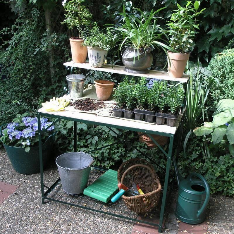 Mit diesem Tisch können sie wunderbar gärtnern und Pflanzen umtopfen.