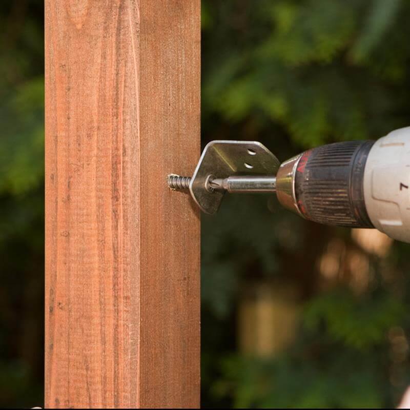 Einfach in den Eckpfosten gebohrt hält der Zaun garantiert