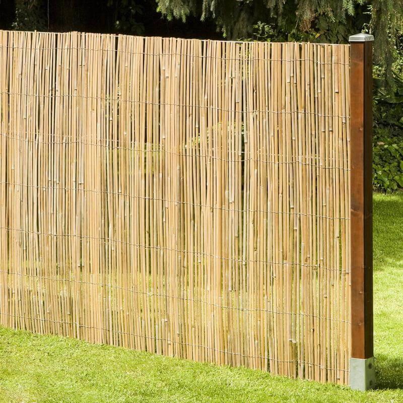 Ein Zaun aus der Bambusmatte Macao gefertigt ist ein wundervoller Sichtschutz.