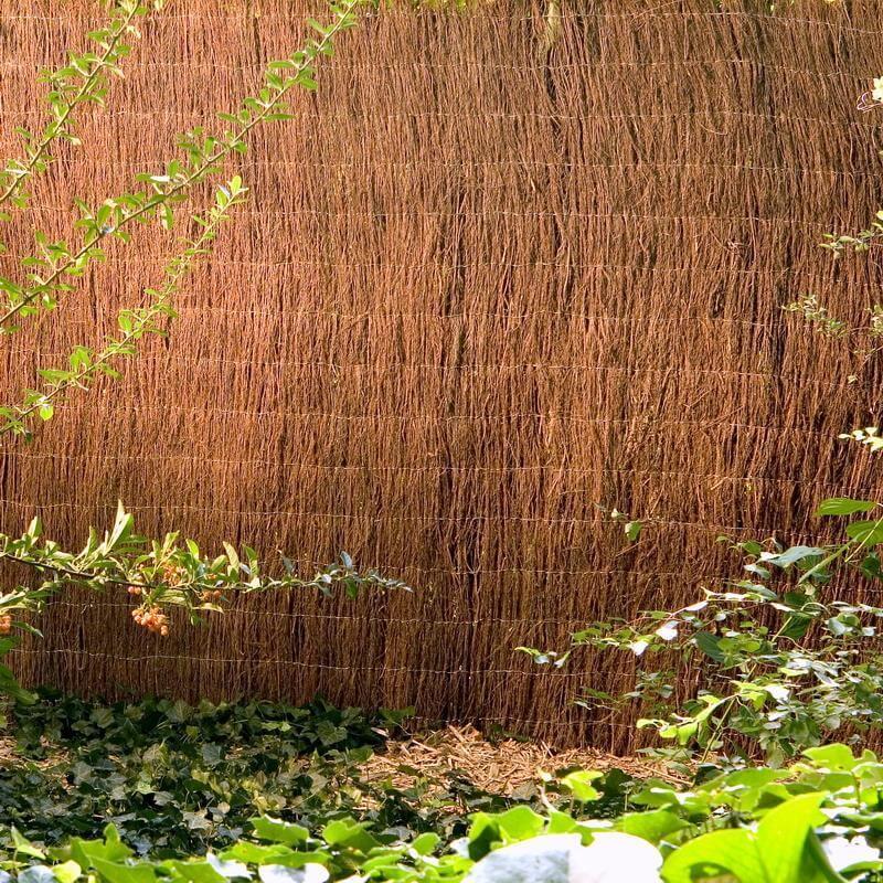 Großflächige Heidekrautmatte als Sichtschutz im Garten
