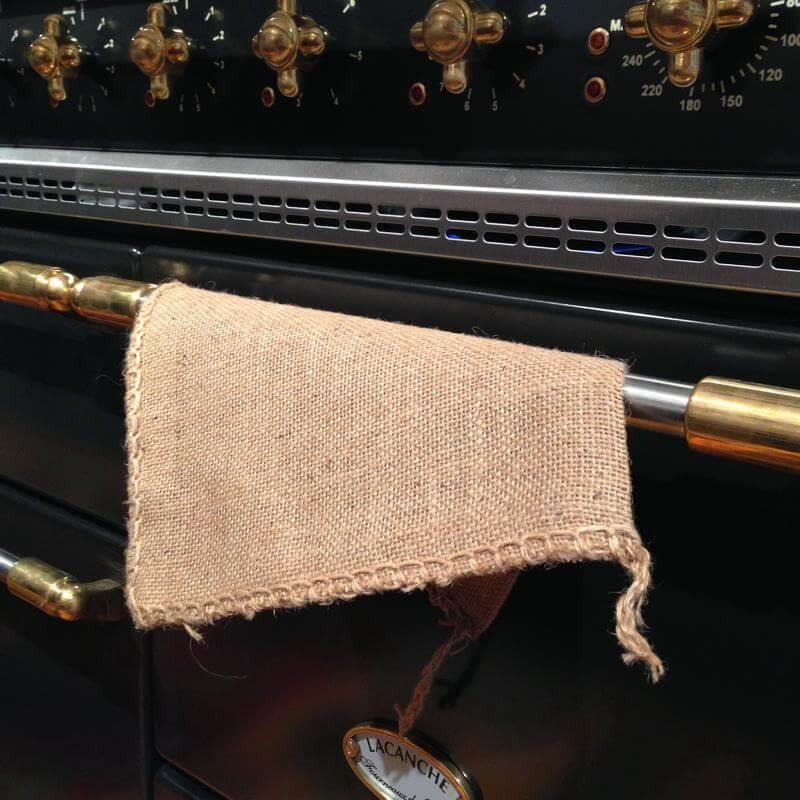 Diese Topflappen sind aus Jute hergestellt und damit besonders natürlich, haltbar und perfekt für den Einsatz am Herd.