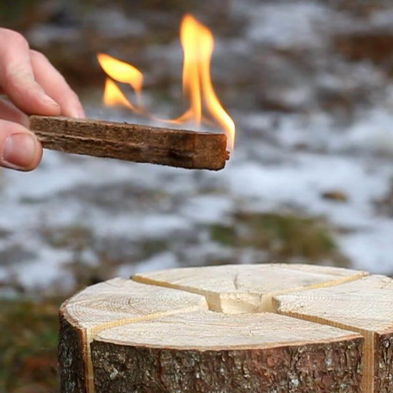 Ganz einfach kann das Feuer mit einem Anzünder in Gang gebracht werden.