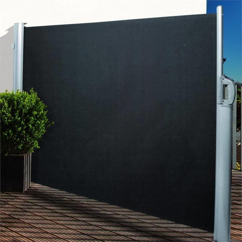 Die Seitenmarkise für den Garten ist ein idealer Sicht- und Windschutz