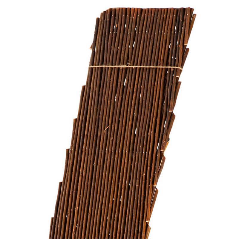 Das Rankgitter hilft der Rankhecke Weide beim Wachsen