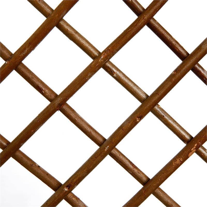 Das gleichförmige Muster des Weidenspaliers sorgt für angenehme Optik